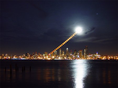Восход Луны над Сиэттлом